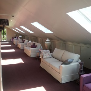 Loungebank in de gang bij de hotelkamers